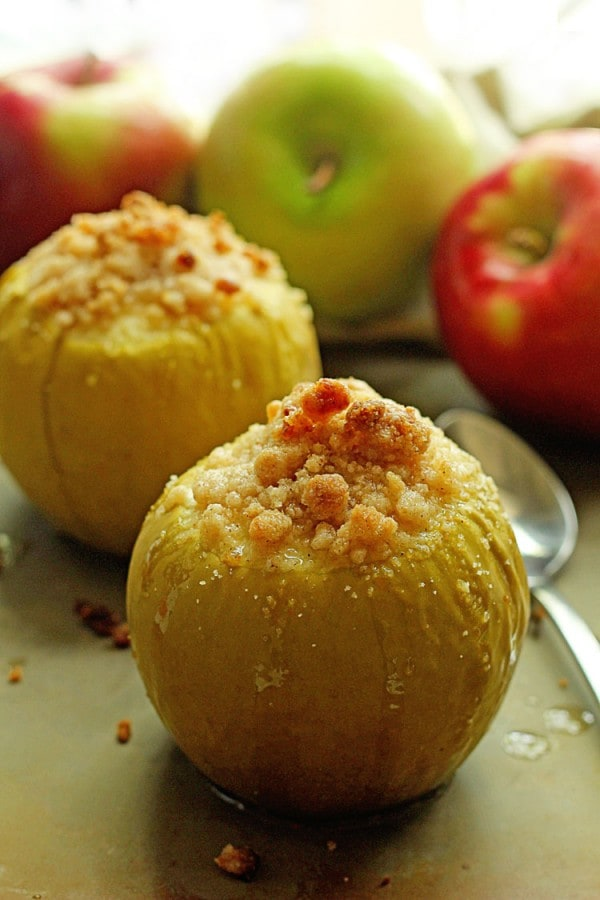 These Baked Crumble Apples are a nice warm and comforting apple pie in a slice. Simple and delicious.