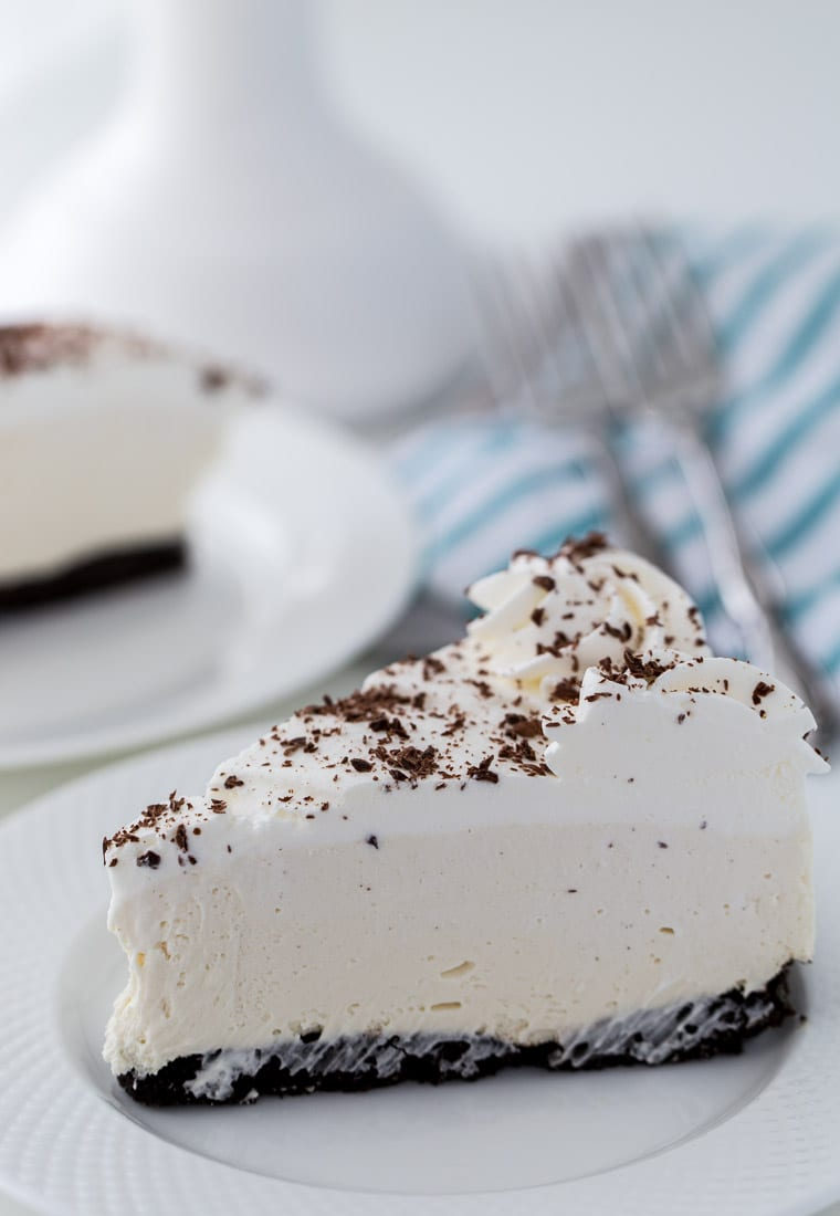 This Irish Cream Cheesecake recipe is a no-bake dessert with a cream cheese filling, mint chocolate crust and heavy cream. Perfect for St Patrick's Day.