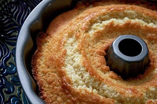 Coconut_bundt_cake_1
