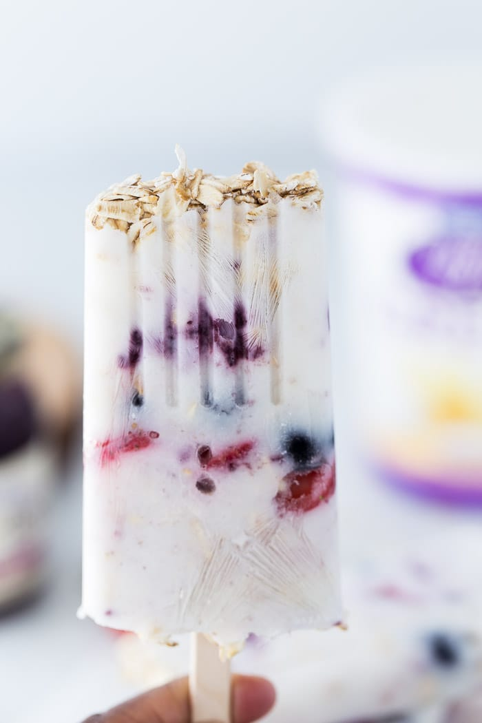 These Greek Yogurt Breakfast pops with oats, fresh berries and a good dose of greek yogurt are perfect for on-the-go breakfasts.